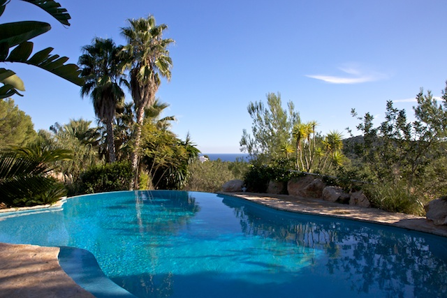 The villa for sale on a plot of 22,000 m 2