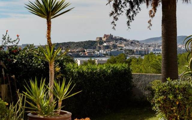 Villa in a prime location overlooking the sea and Dalt Vila