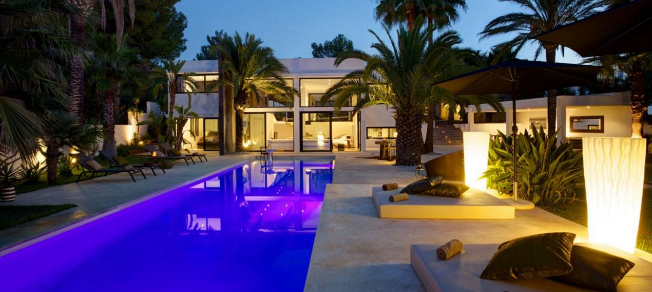 Modern villa in a quiet location in Benimussa with large pool