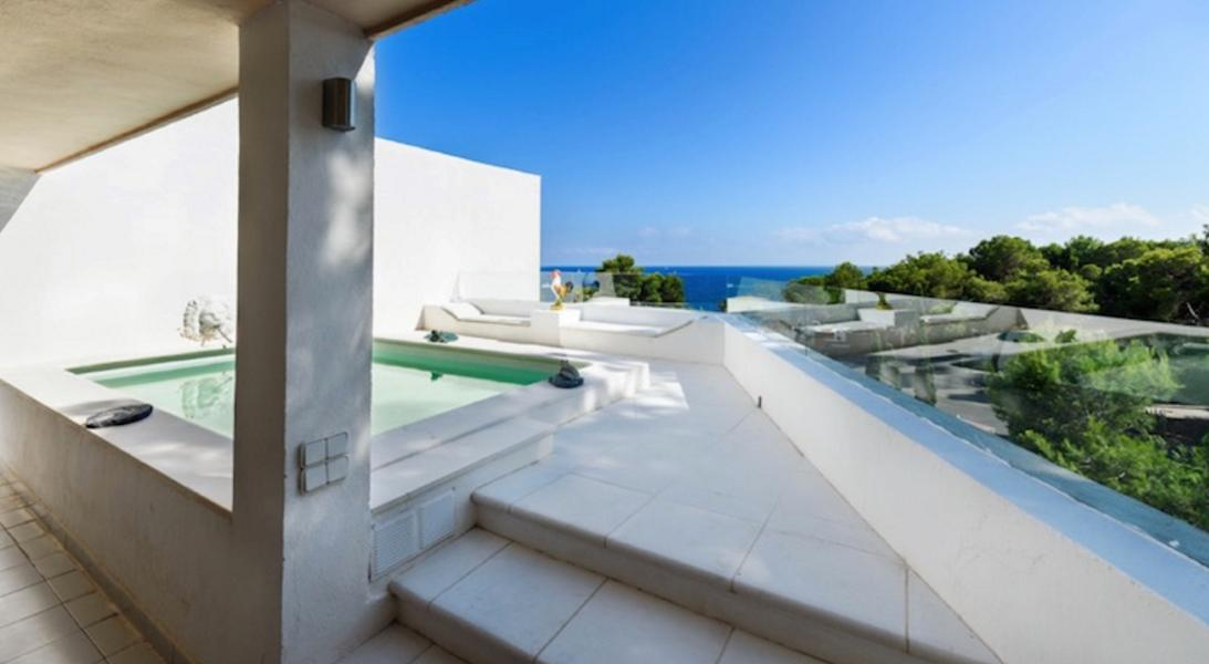 Large house with sea views in Roca Lisa