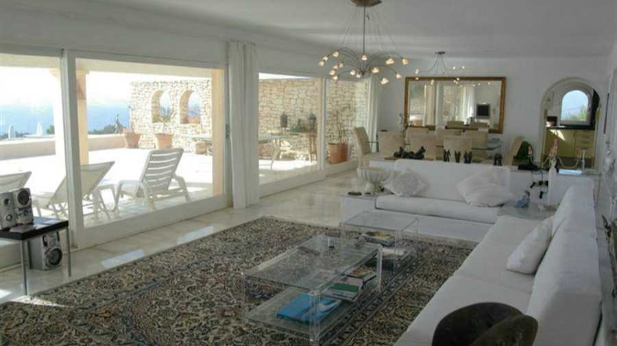 Villa in a great location in Cala Gracio - first line to the sea
