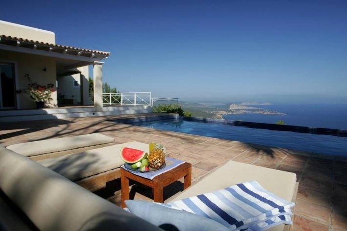 This Villa of 5 Dormitorioen Es Cubells is for sale