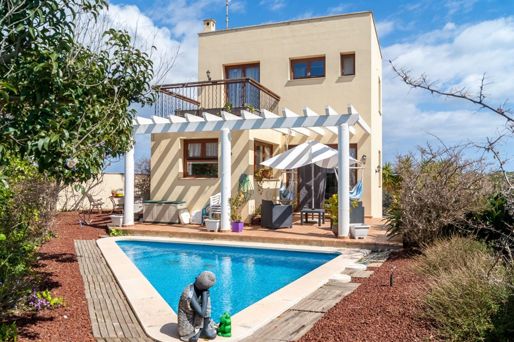 Impressive villa for sale with beautiful views of the Menorcan countryside