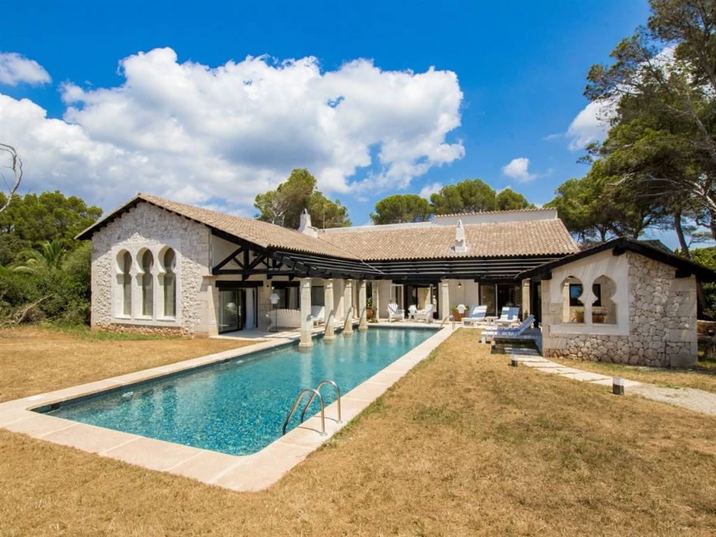 Villa with personality in Menorca for sale in Cala Galdana