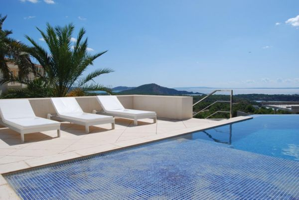 Beautiful villa with four 4 bedrooms for sale in Es Cubelles