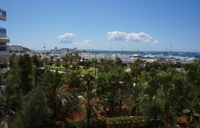 Luxury apartment with four bedrooms in Marina Botafoch for sale