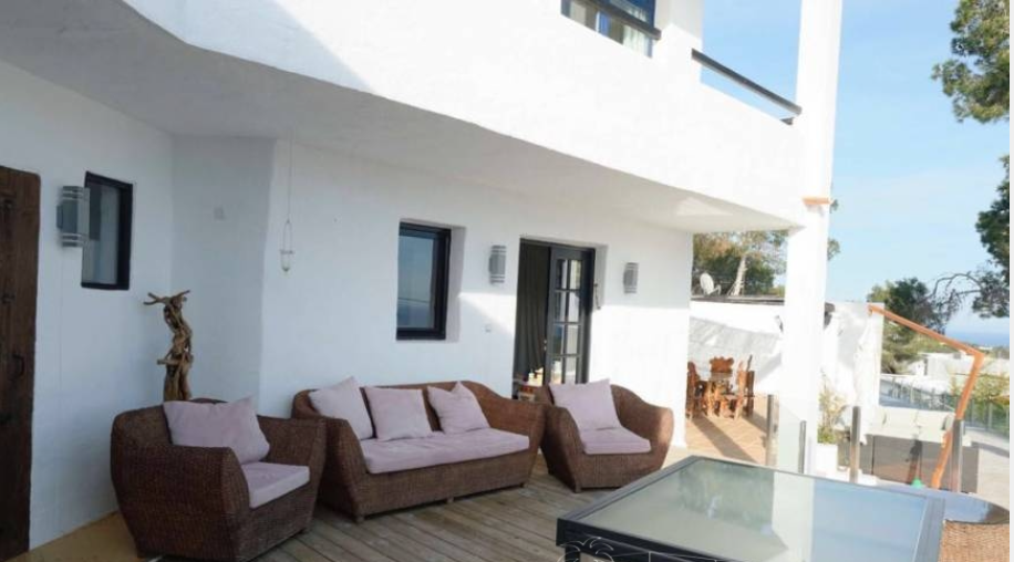 Big villa for sale in Talamanca with 8 bedrooms