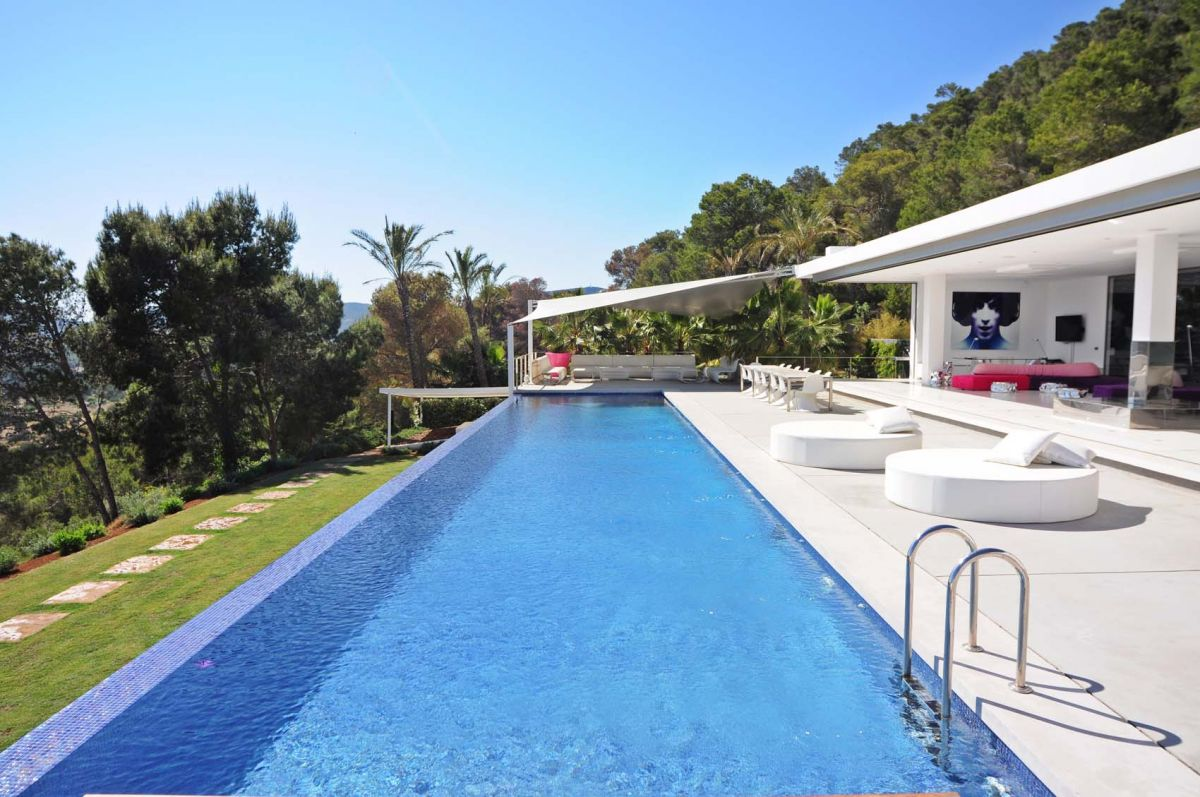 Gorgeous sea views from hilltop modern property for rent