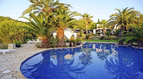 Luxury retreat in peaceful surroundings with open sea views for rent