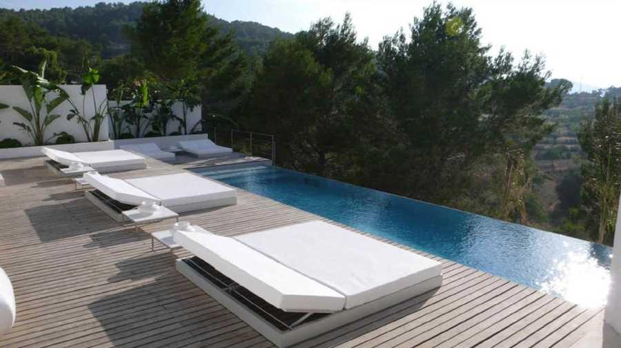 Modern minimalist villa with faraway sea view in Benimussa