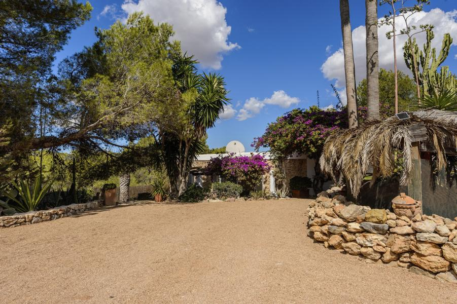Newly renovated finca with 4 bedrooms large pool near Cala Longa