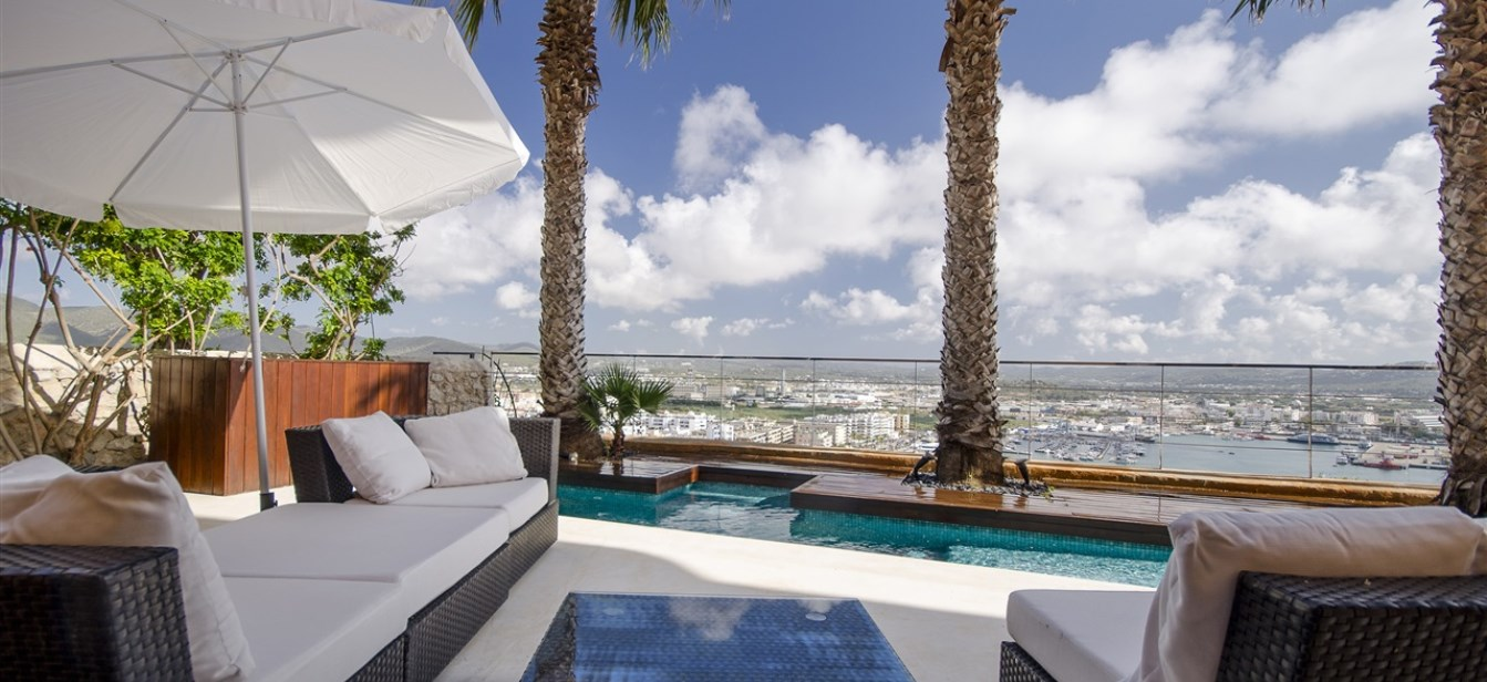 Luxury apartment in the old town with stunning views and private pool