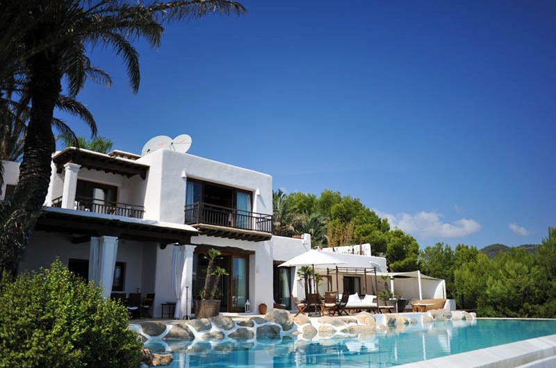 Luxury villa  for rent with direct access to bay and berth