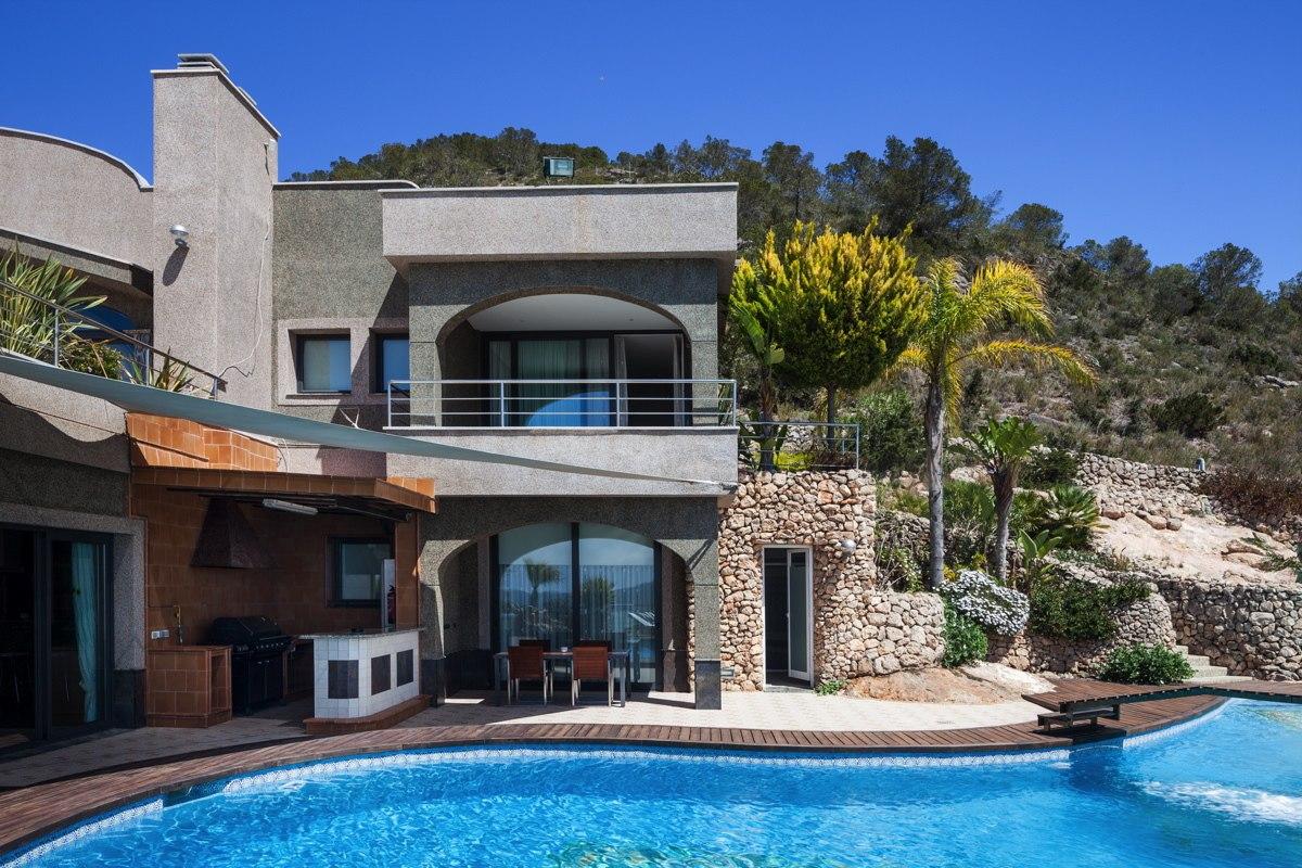 Incredible villa placed on a hill in sa carroca ibiza for Villa a ibiza