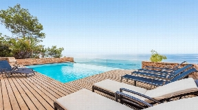 Villa for sale in Roca Lisa directly to the sea with amazing views