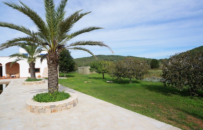 Charming two level country villa in San Mateo for sale