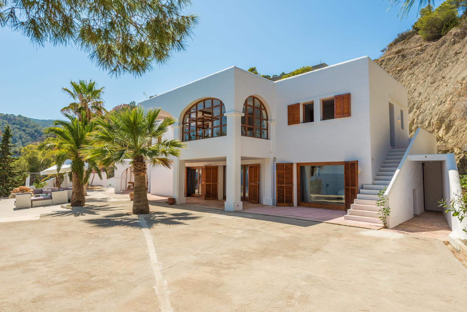 Exclusive luxury villa directly by the sea with private sea access