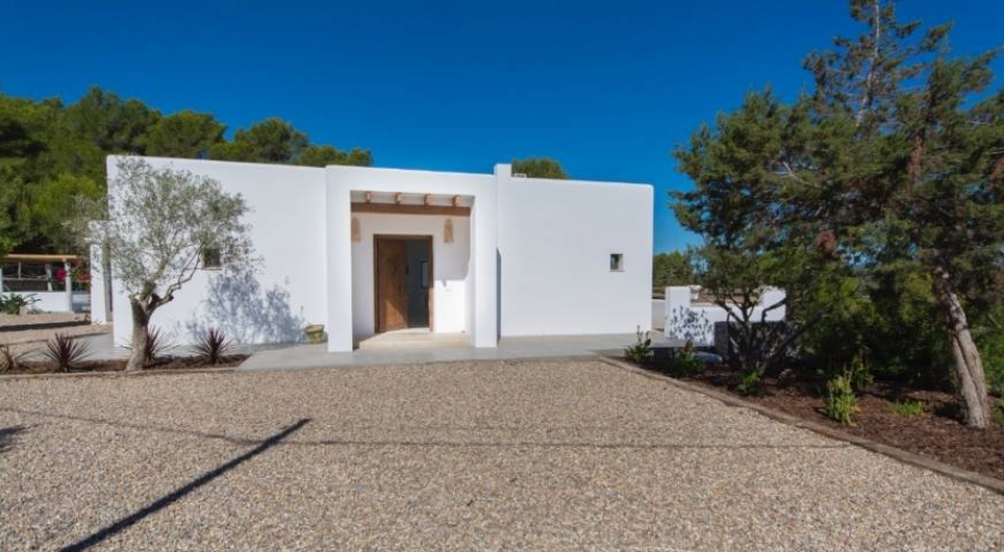 Finca with 450m2 of living space on large plot near Jesus Ibiza