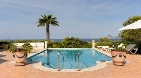 Beautiful house with large property near beach