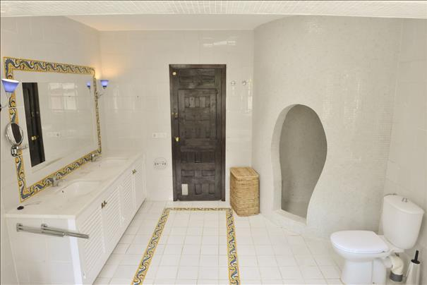 Charming villa for sale in San Augustin with a round tower