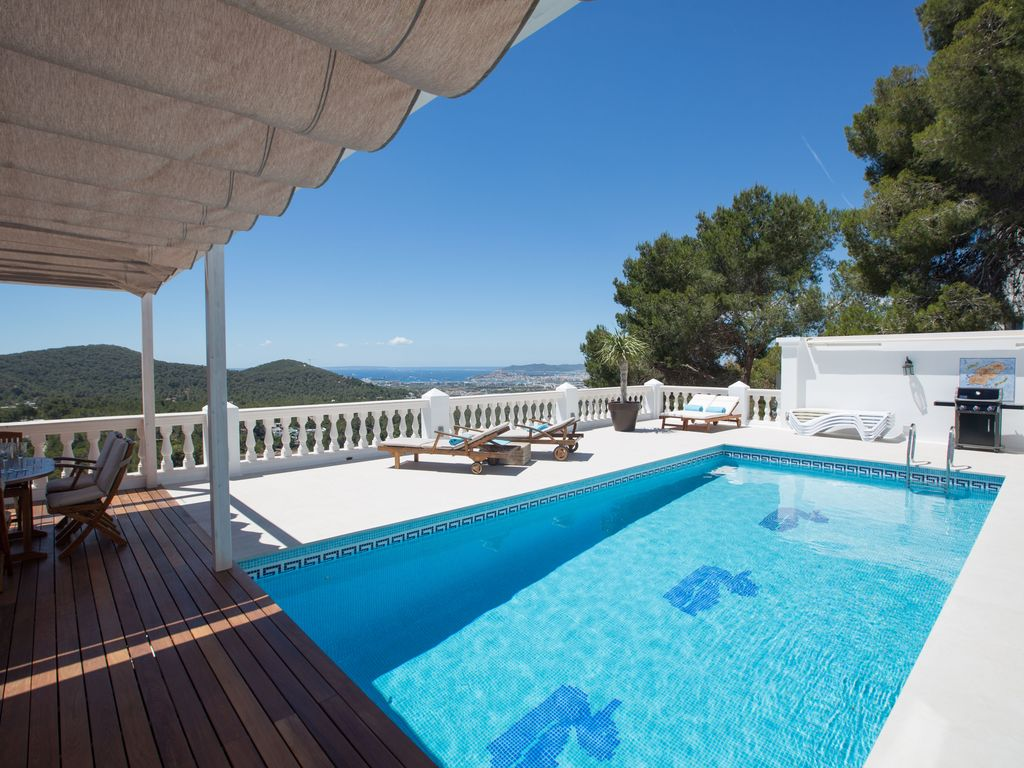 Beautiful villa with great pool area and stunning sea views