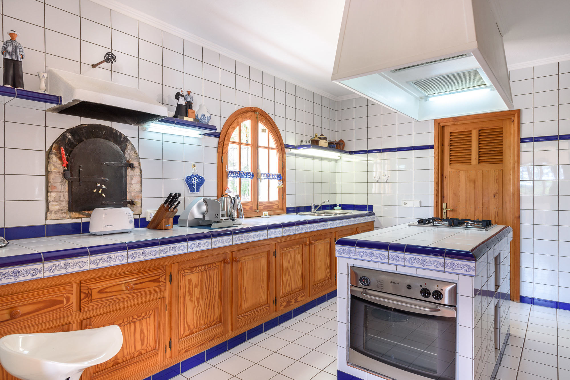 Huge house with 4 stand alone separate apartments in CanPepSimo