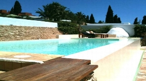 Cosy house on a single level with restaurant permit first line to the golf course in Roca Llisa