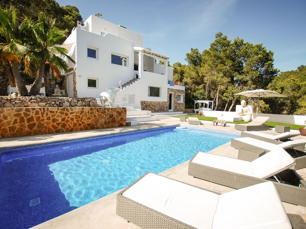 Elegant and spacious villa for sale near Ibiza