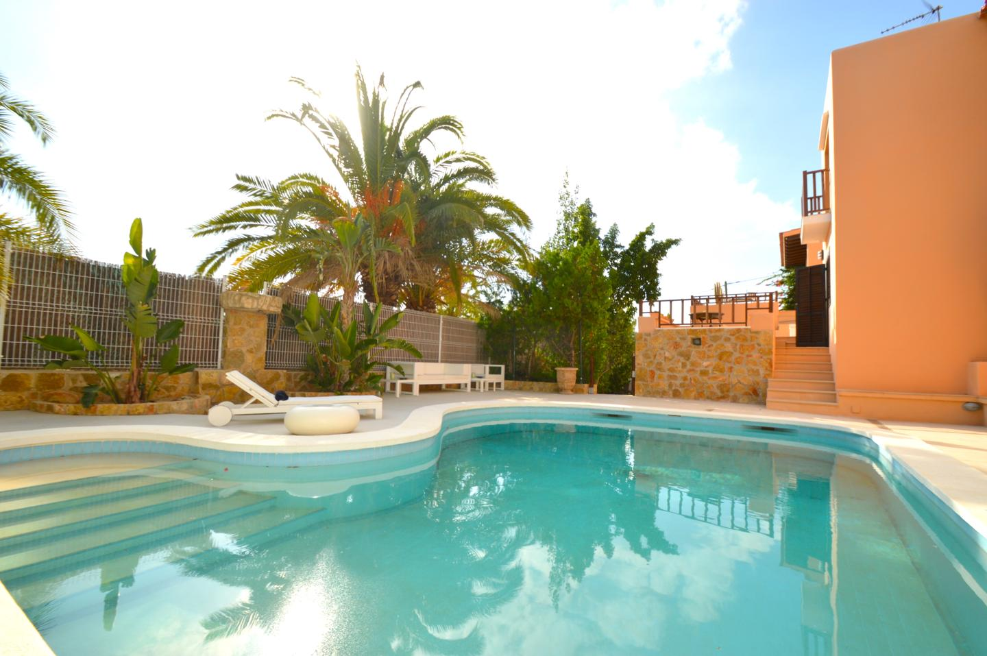 This beautiful Villa with 9 rooms for sale in San Miguel
