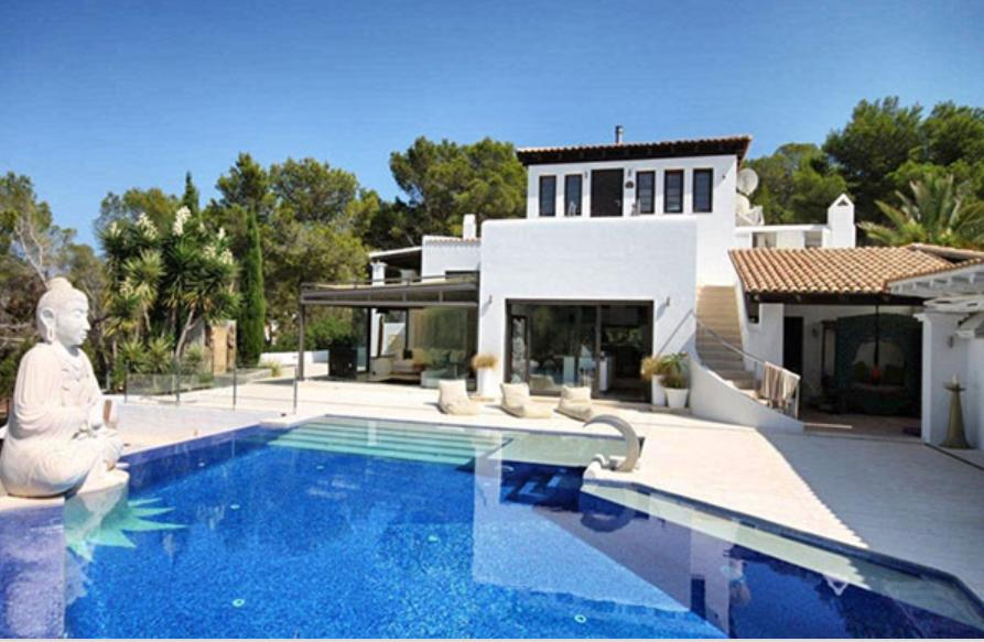 Exclusive luxury villa in a quiet and private area with fantastic views of the sea