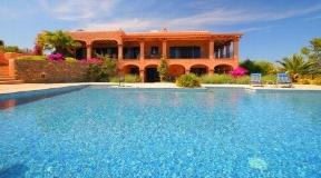 Elegant villa in a fantastic hillside near San Carlos