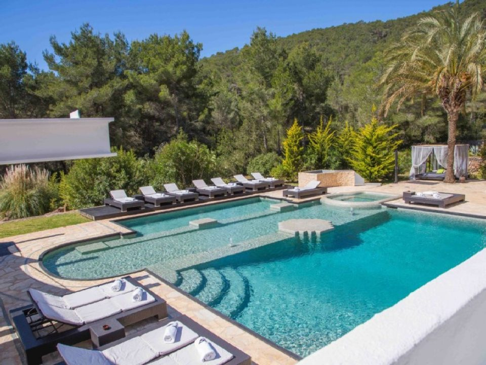 Luxury villas locadet in the mountains of San Rafael offers views the sea