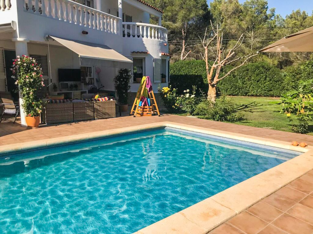 Lovely 5 bedroom house and land with pool in Santa Eulalia