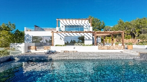 Very exclusive villa on the hilltop of Santa Gertrudes with a 360 degree view to the countryside and the sea