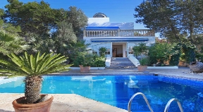 House for sale with large garden and big pool