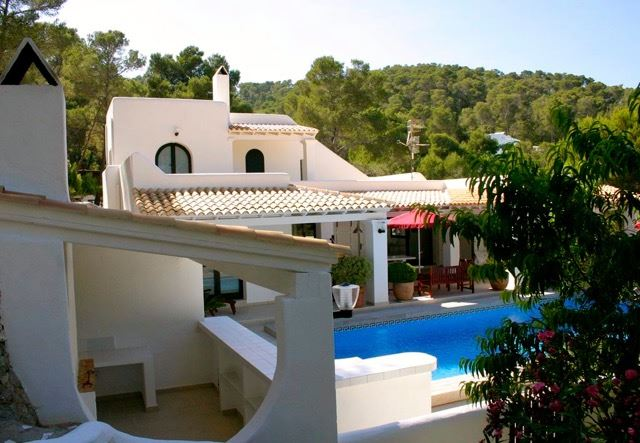 Two beautiful villas built on a plot of 2 hectares with fruit trees and pine trees