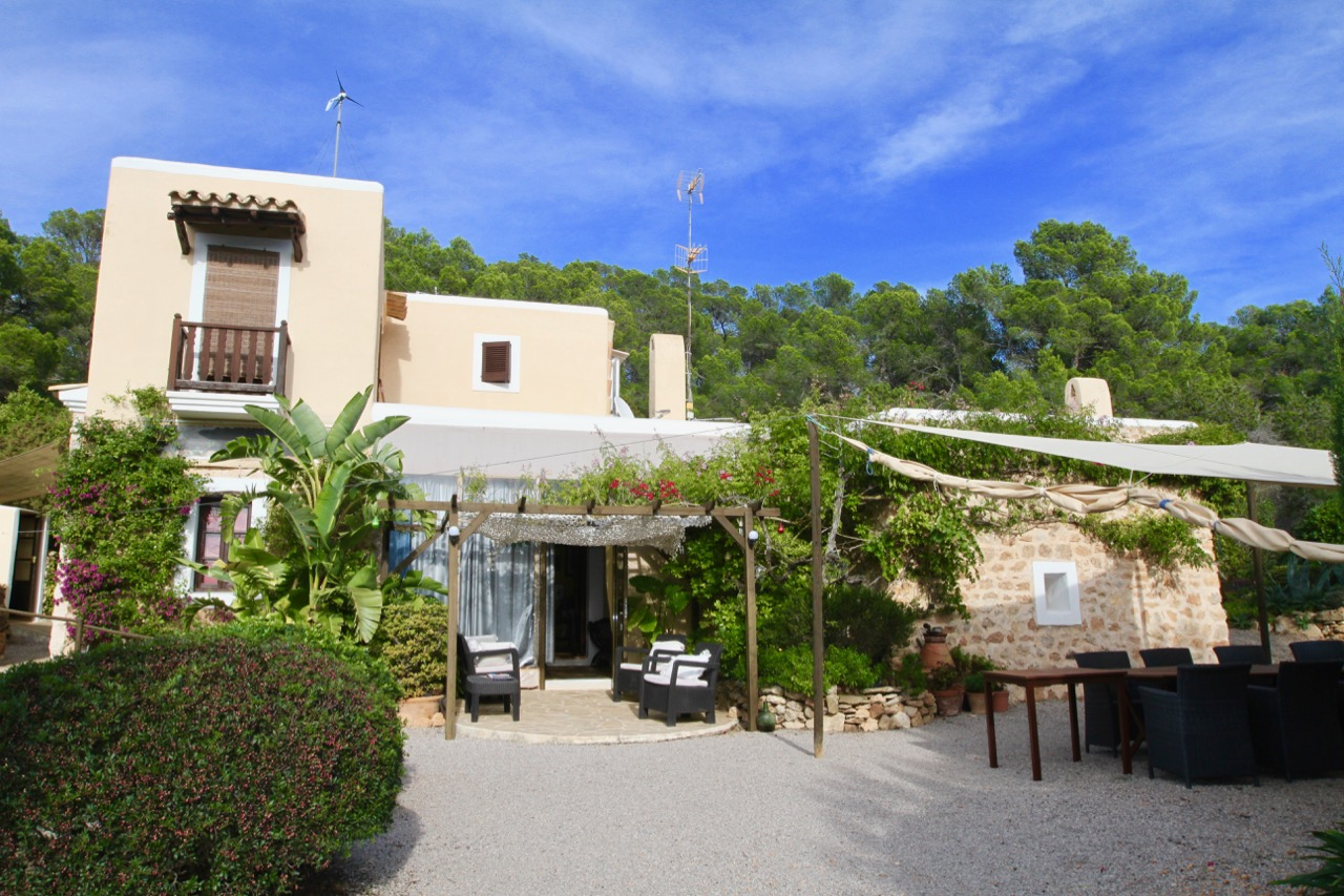 Finca with guest house and tennis court near Cala San Vicente
