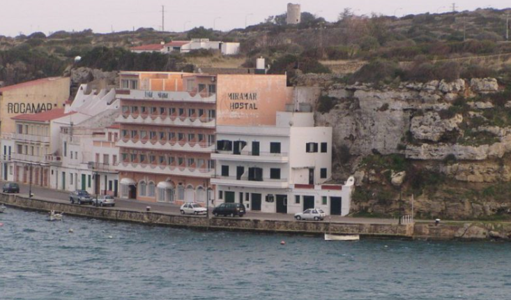 Hotel for sale in Menorca frontline in the harbor