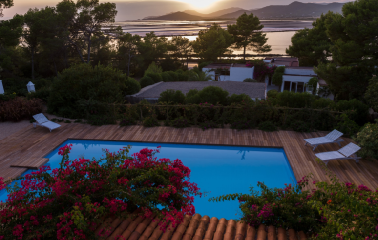Located in the privileged natural park of Salinas with fantastic views