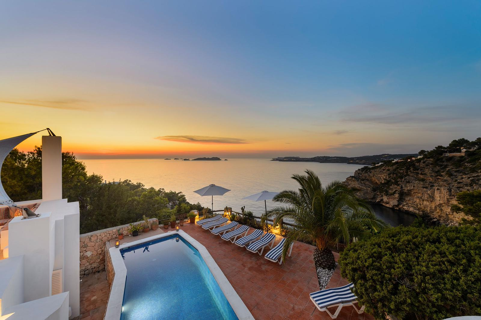 Frontline villa with sunset views to the sea