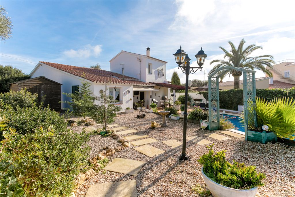 Fabulous Well-furnished villa with pool in Binixiquer