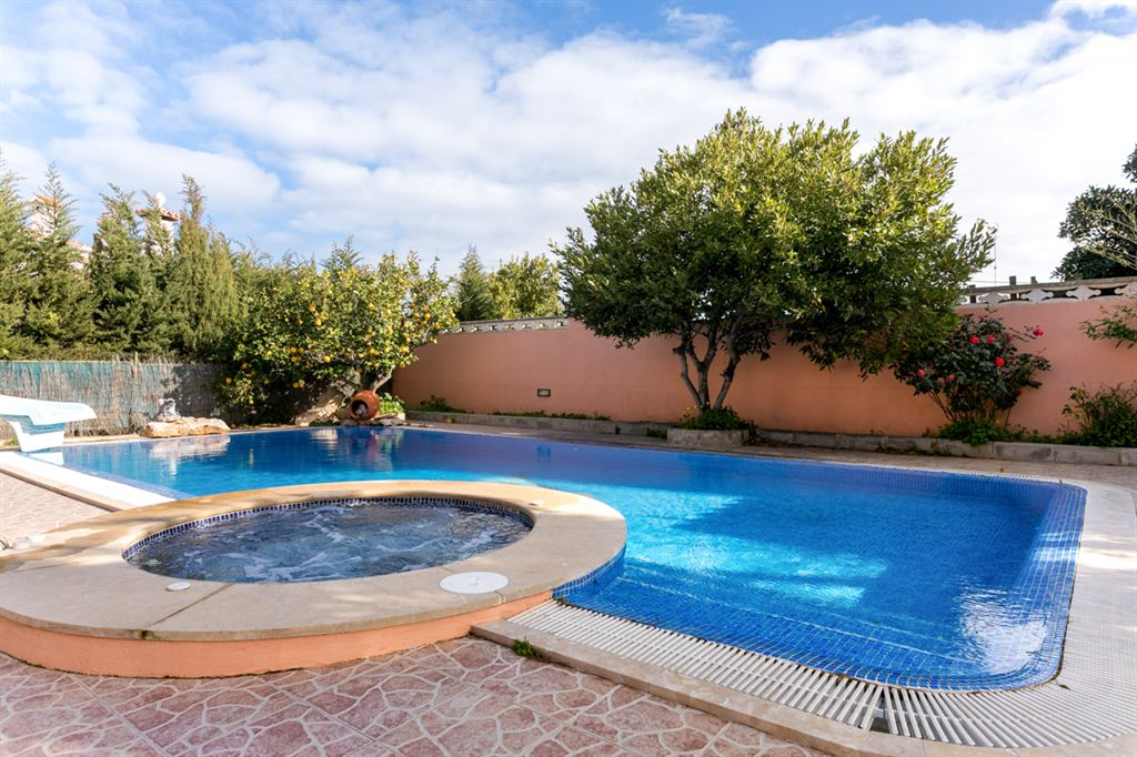 Nice villa and with apartment and pool in Horizonte