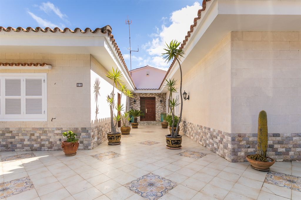Amazing big villa for sale with garden on the harbour of Mahon