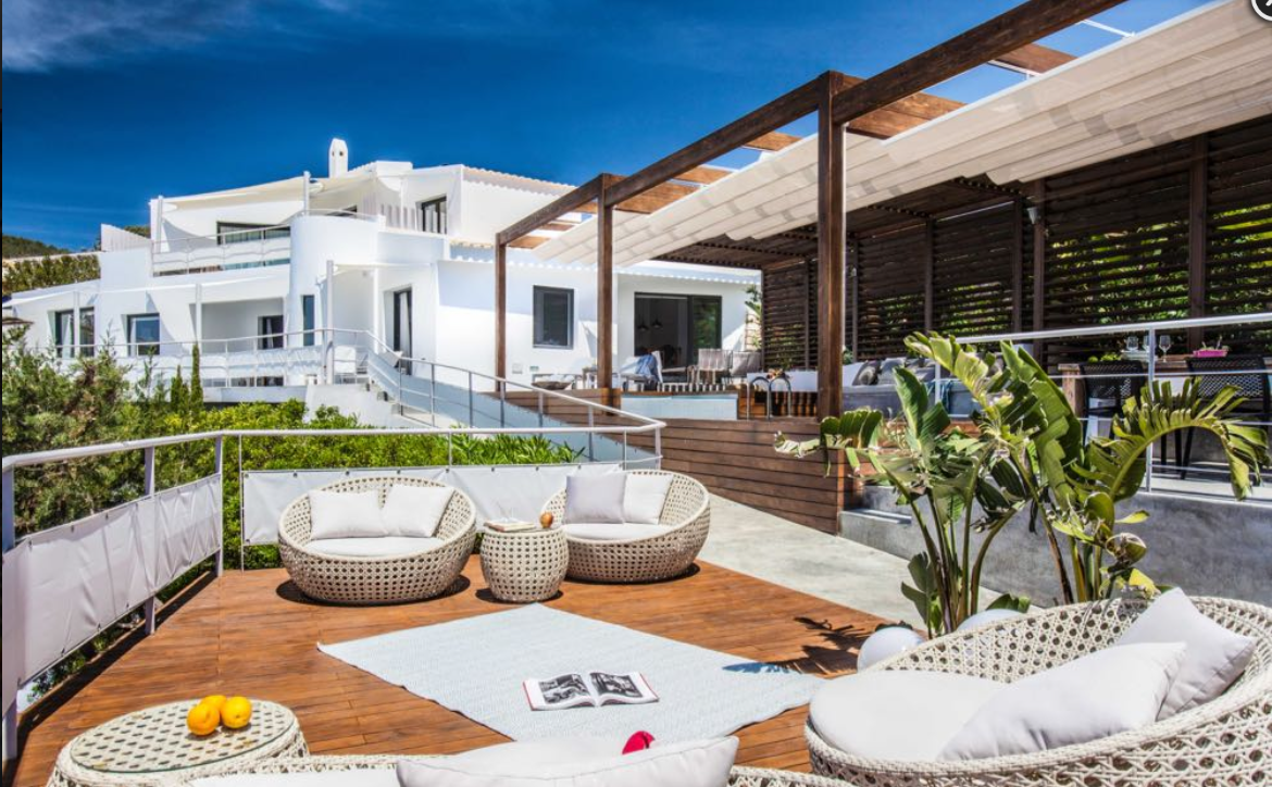 First line villa located in the prestigious urbanisation of Vista Alegre
