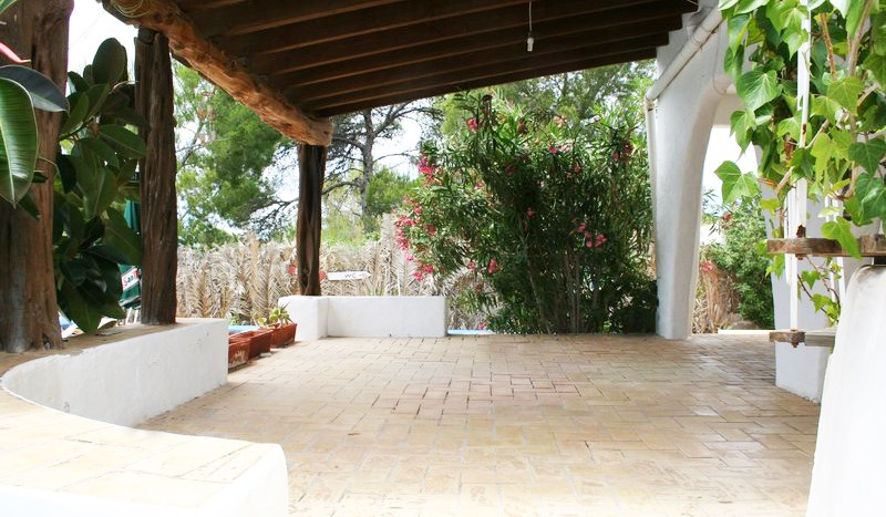 Interesting property with a shop and restaurant is located in Cala Gracio