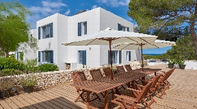 Beautiful luxury villa with walking distance to the beach with nice views