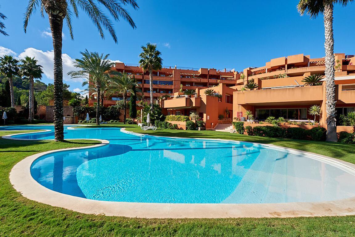 Ground floor apartment in Roca Llisa with huge garden for sale