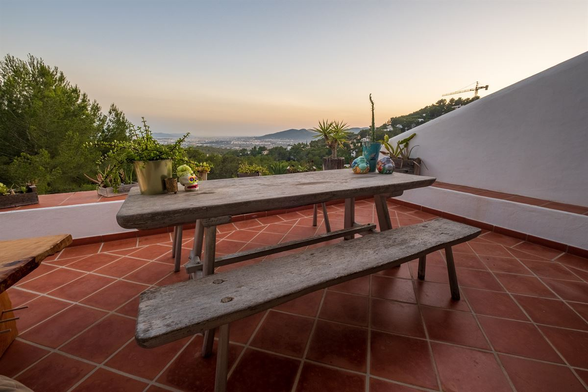 Well located house built on a hill from Can Furnet with fantastic sea views and Dalt Vila