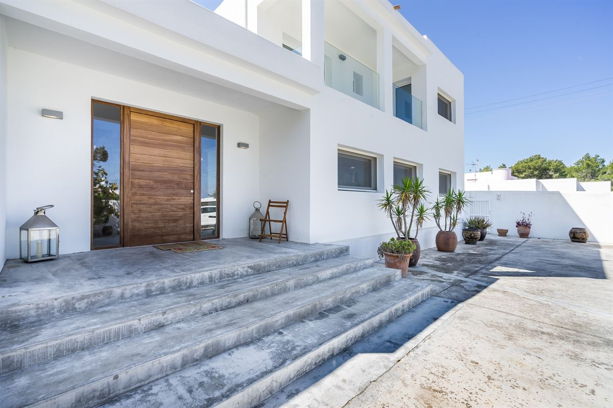 Exceptional villa has recently been renovated in the heart of Cala de Bou