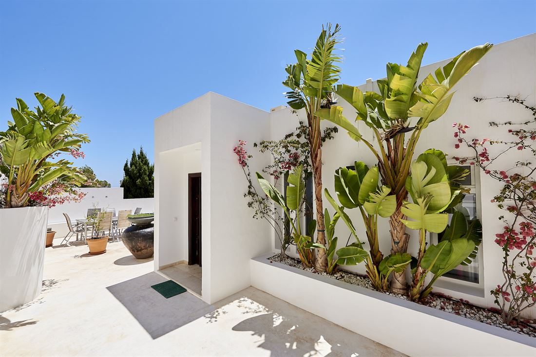Modern property with wonderful sea views for rent in Roca Llisa